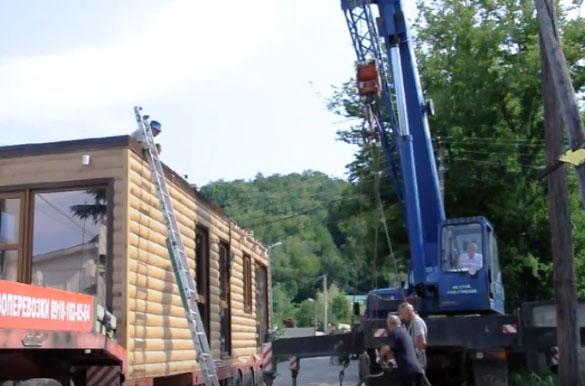 Перенос модульного здания с грузовика